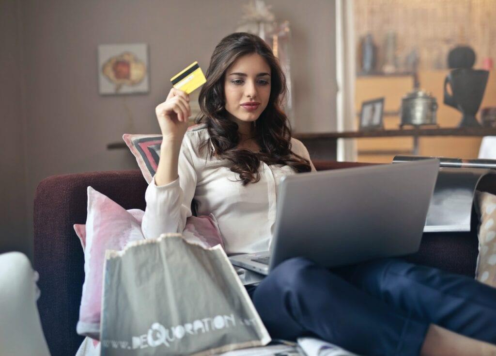 שולפת אשראי, מוכנה לרכוש דרך האינטרנט